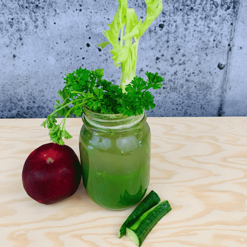 Commandez votre jus de fruits fraîchement pressé de pomme, concombre, persil