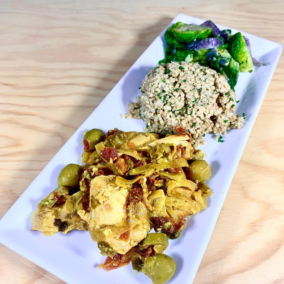Repas protéiné santé prêt à manger poulet biologique aux tomates et olives